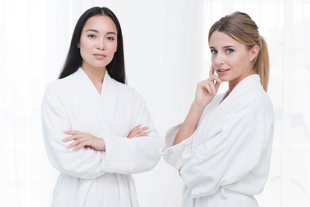 Vrienden die met badjas in een kuuroord stellen