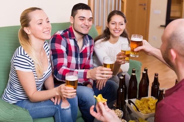 Vrienden die met bier hangen