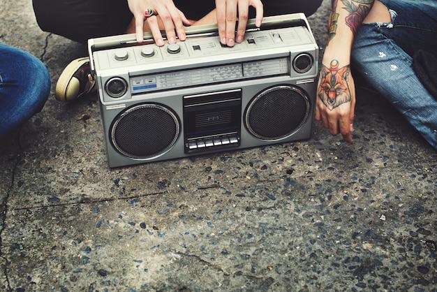 Vrienden die naar muziek luisteren
