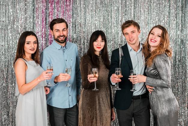 Vrienden die nieuwjaarspartij roosteren