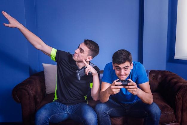 Vrienden die op de console spelen