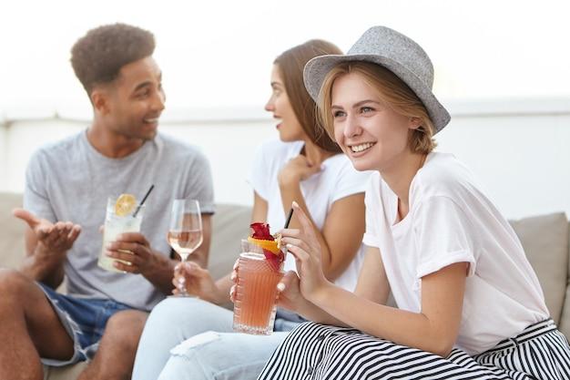 Vrienden die op een gezellige bank zitten en met elkaar praten