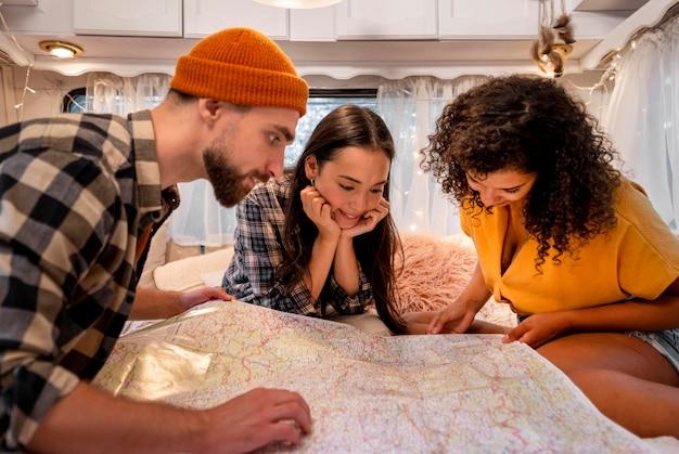 Vrienden die op een kaart kijken