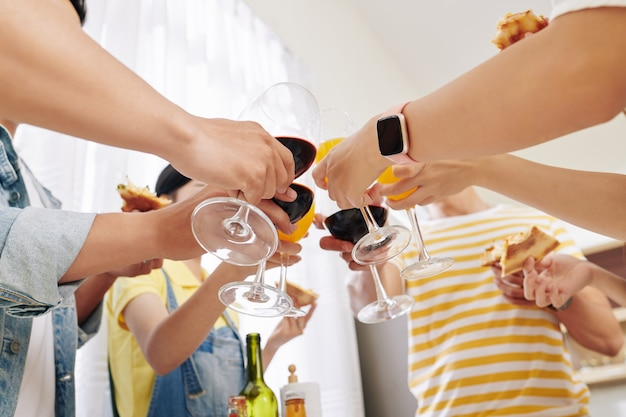 Vrienden die op feestje roosteren
