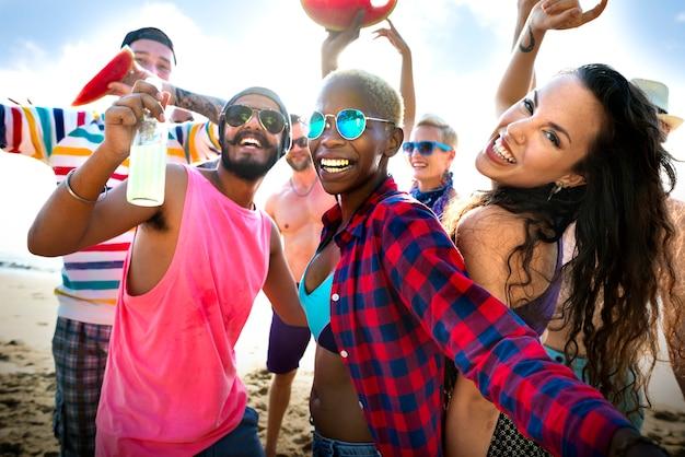 Vrienden die op het strand dansen