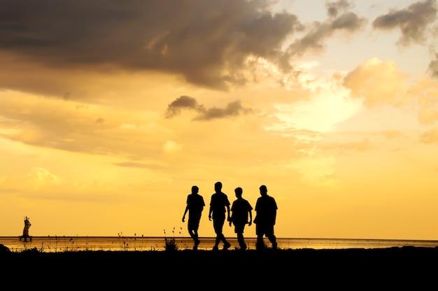 Vrienden die op het strand lopen