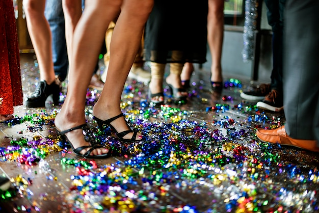 Vrienden die oud en nieuw op de dansvloer vieren