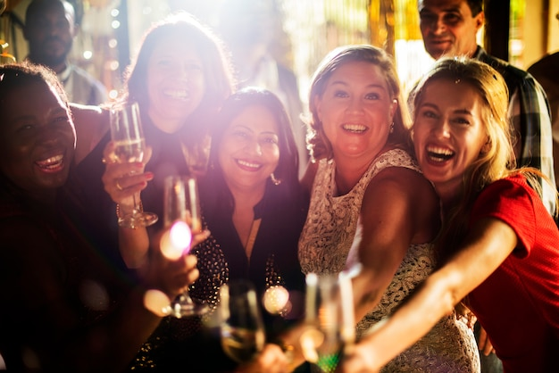 Vrienden die oud en nieuw vieren