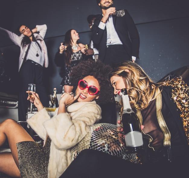 Vrienden die partij hebben in een nachtclub