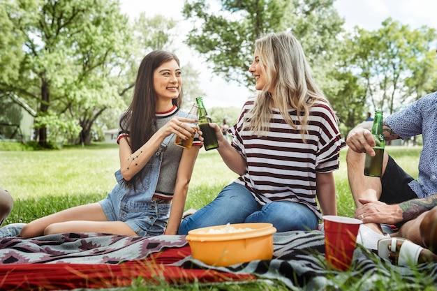 Vrienden die picknicken in het park