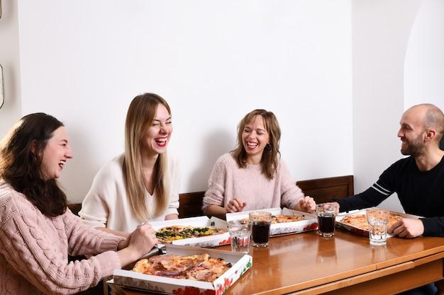 Vrienden die pizza eten