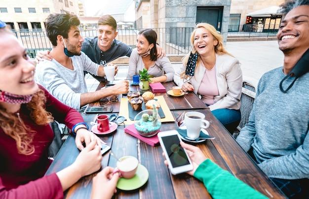 Vrienden die plezier hebben met het drinken van cappuccino in het koffiehuis