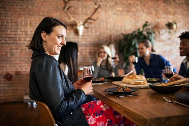 Vrienden die plezier hebben tijdens een etentje