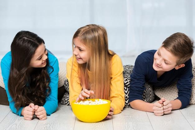 Vrienden die popcorn eten bij film