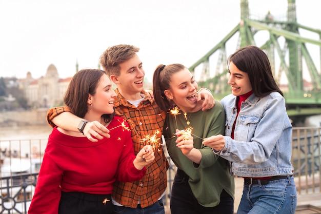 Vrienden die pret hebben in een partij op een terras