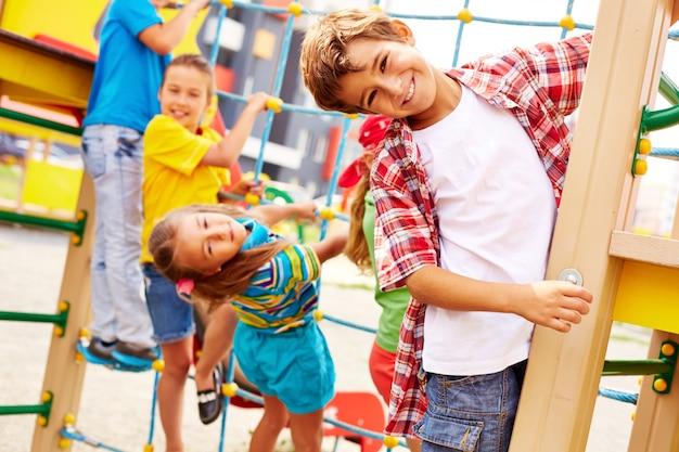 Vrienden die pret in de speeltuin