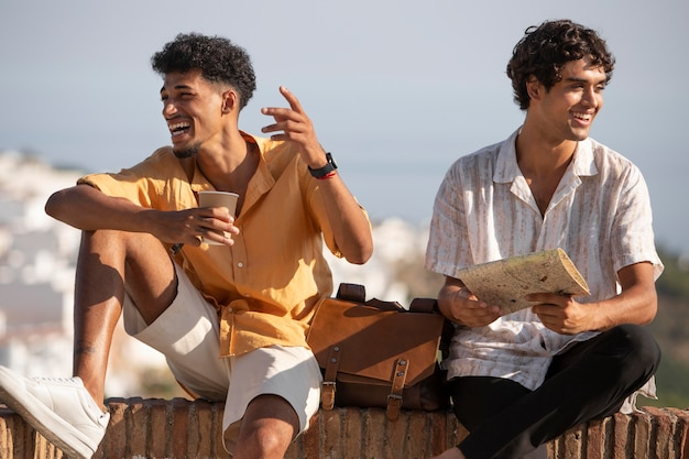 Vrienden die reizen en nieuwe plaatsen ontdekken