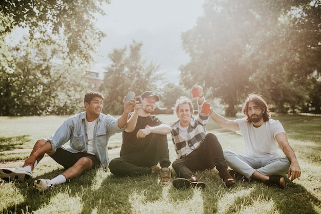 Vrienden die rondhangen, humeurige tuinfotografie stockafbeelding
