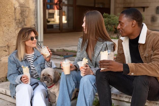 Vrienden die rondhangen onder het genot van een kopje koffie