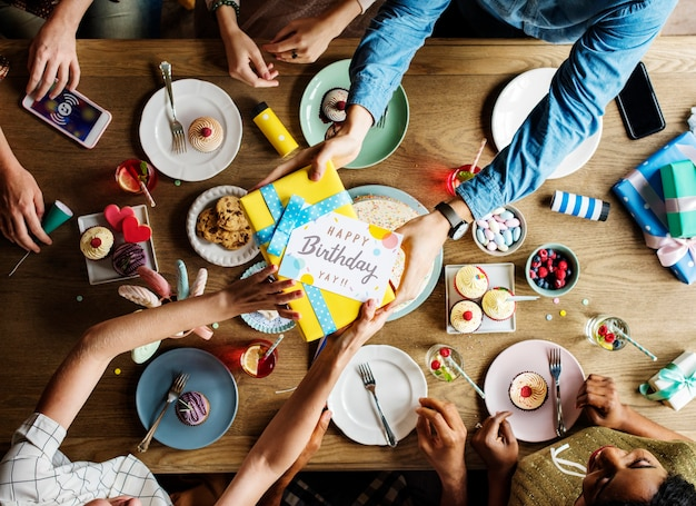 Vrienden die samen bij een verjaardagspartij verzamelen