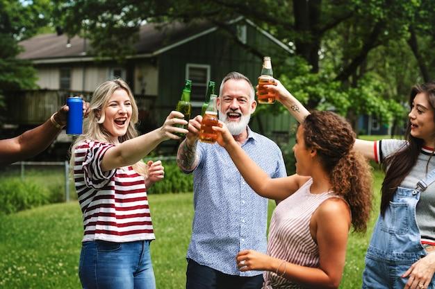 Vrienden die samen drankjes drinken in het park