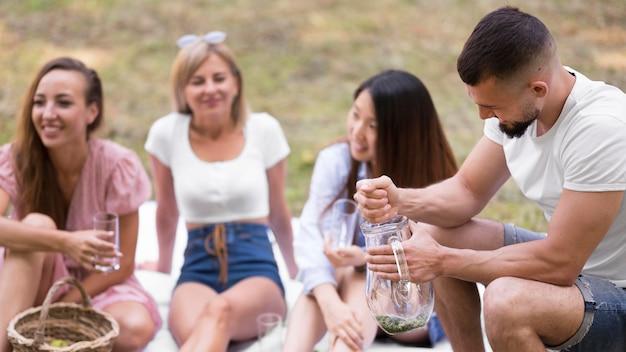 Vrienden die samen limonade maken