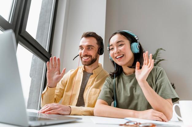 Vrienden die samen online lessen bijwonen