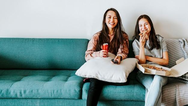 Vrienden die samen pizza eten tijdens de quarantaine van het coronavirus