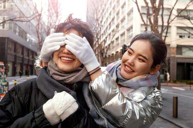 Vrienden die samen tijd buiten doorbrengen Gratis Foto