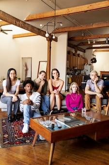 Vrienden die samen tv-programma's kijken