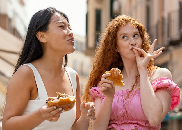 Vrienden die samen wat straatvoedsel eten