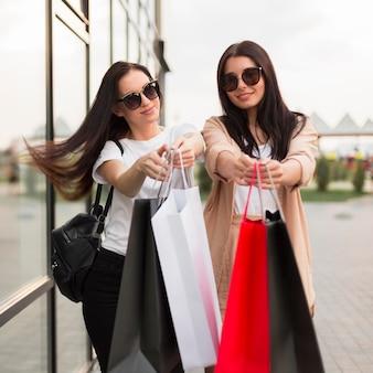 Vrienden die samen winkelen op zwarte vrijdagverkoop