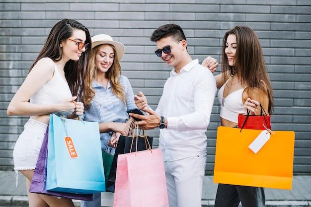 Vrienden die smartphone bekijken