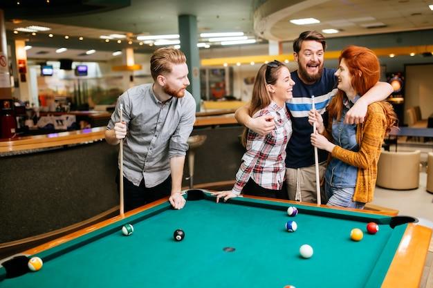 Vrienden die snooker spelen en een band opbouwen met hun partner