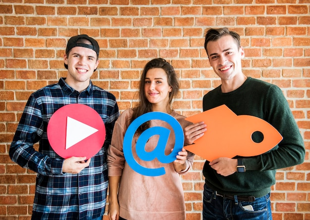 Vrienden die sociale media en technologieconceptenpictogrammen steunen