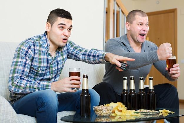 Vrienden die sport tv-kanaal becommentariëren