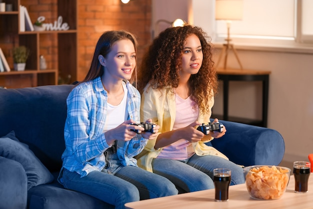 Vrienden die thuis een videogame spelen