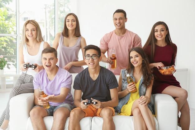 Vrienden die thuis videogames spelen op tv