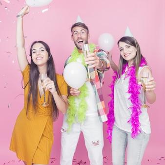 Vrienden die van champagne in de partij genieten