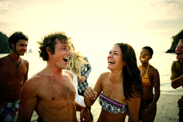 Vrienden die van een vakantie genieten op het strand