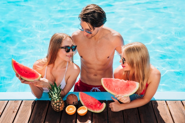 Vrienden die van een verse watermeloen genieten
