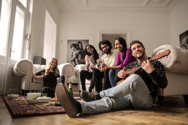 Vrienden die van elkaars bedrijf thuis genieten
