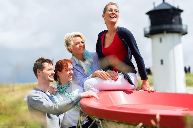 Vrienden die van vakantie genieten bij noordzeestrand