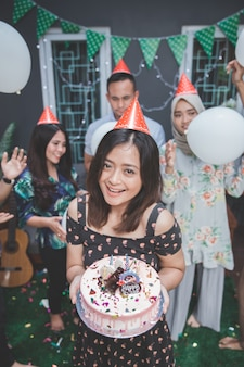 Vrienden die van verjaardagsfeestje genieten en samen zingen