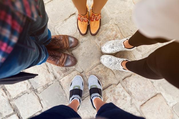 Vrienden die verschillende schoenen dragen