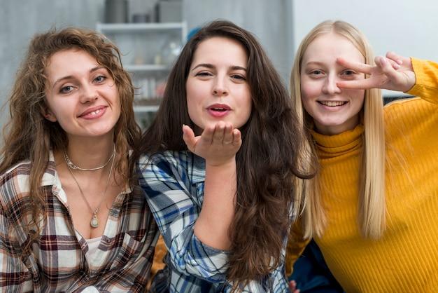 Vrienden die voor een foto stellen