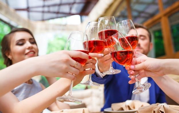 Vrienden die wijn drinken op het zomerterras