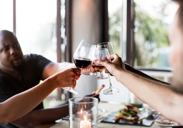 Vrienden die wijn in een restaurant drinken