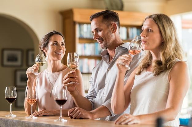 Vrienden die wijn proeven