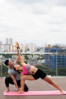 Vrienden die yoga samen met exemplaarruimte doen